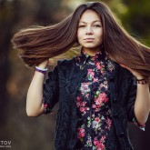 Young girl fashion portraits in an outdoor park