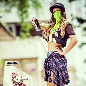 Graffiti girl – outdoor summer fashion portrait