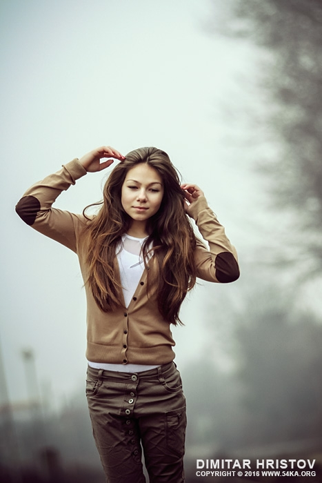 Young woman portrait in foggy morning photography portraits featured  Photo