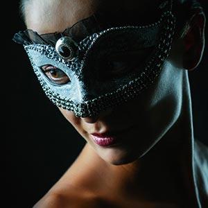 Black stone – Girl with fashion mask – Strobist portrait